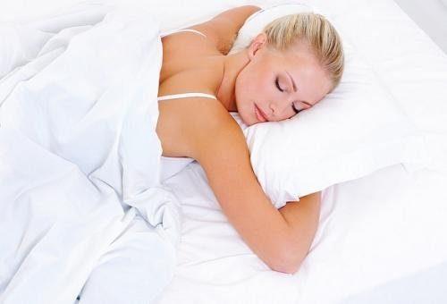 Чем опасна привычка спать на животе.
