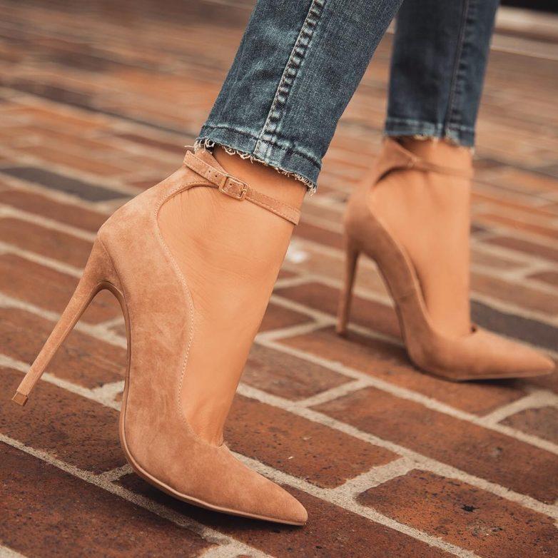 83a1dc981 Обычные туфли-лодочки на шпильках были представлены только в некоторых  модных коллекциях, и то их предлагали носить с «мужскими» носками.