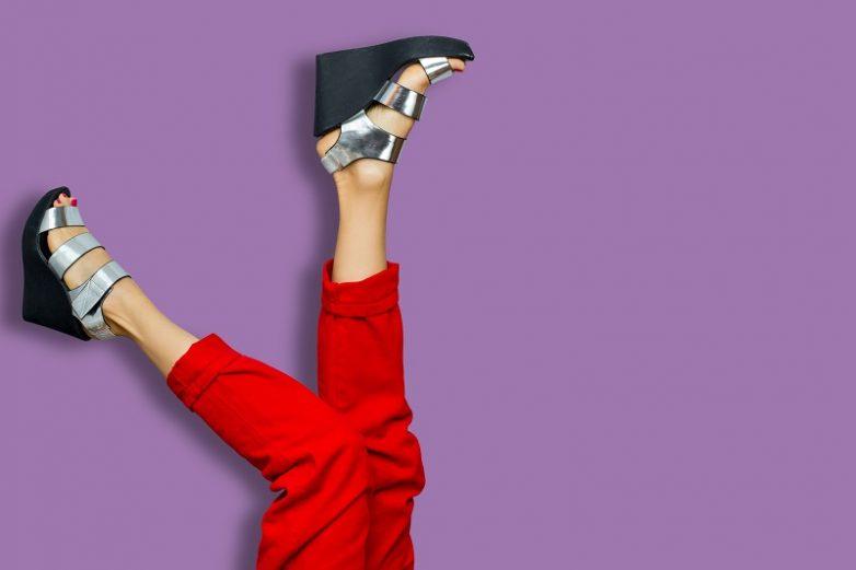 7d8fd2f56 Без особой сноровки передвигаться в такой обуви (как и в туфлях на высоком  каблуке) крайне опасно: есть риск подвернуть ногу и разорвать сухожилие.