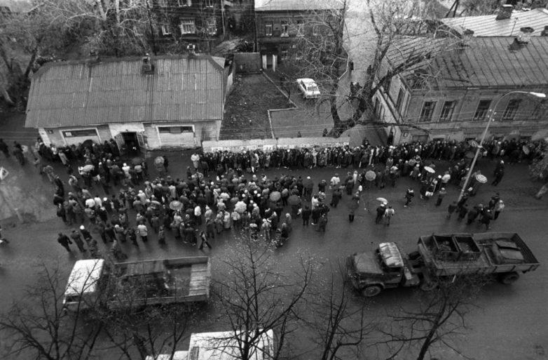 Очереди и пустые прилавки на закате советской эпохи