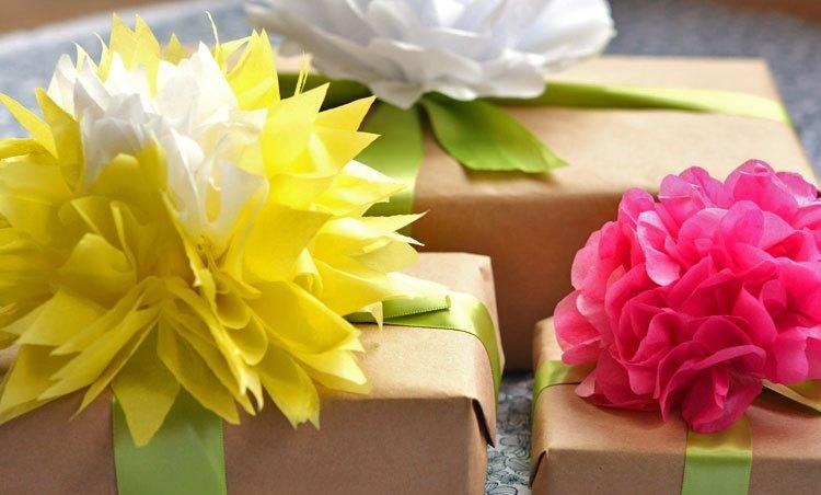 Как сделать цветы для оформления подарков из оберточной бумаги