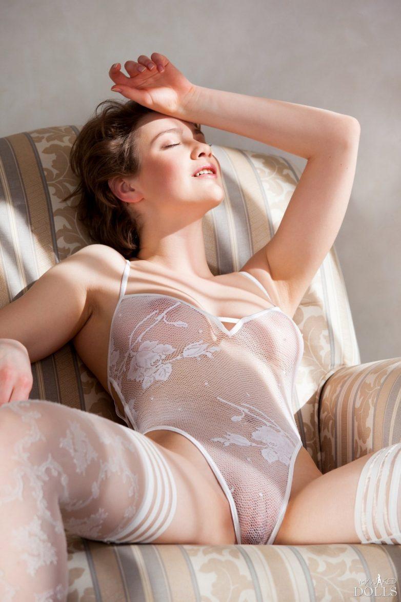 Обтянутые женские прелести ню в прозрачном