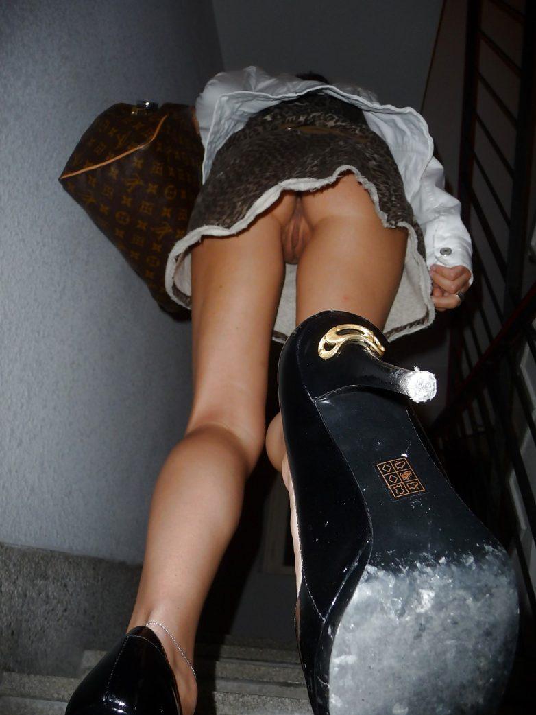 фото видео девушек без трусиков под юбкой член оставался