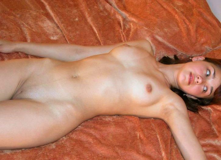 Голые девки на кровати частное фото