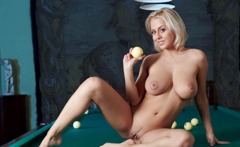 Порно зрелые женщины играют в бильярд