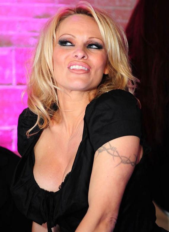 Актриса с татуировкой пламя на лобке
