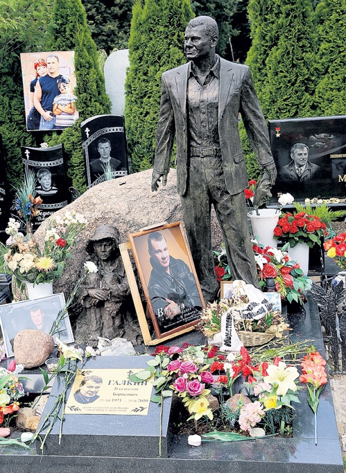 Памятники и надгробные фото цена знаменитостей как правильно устанавливать памятник на могиле