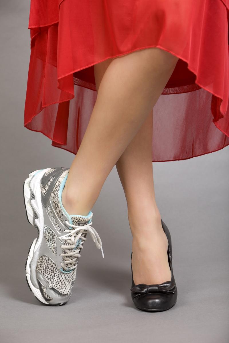 Как правильно и красиво сочетать платье и кроссовки