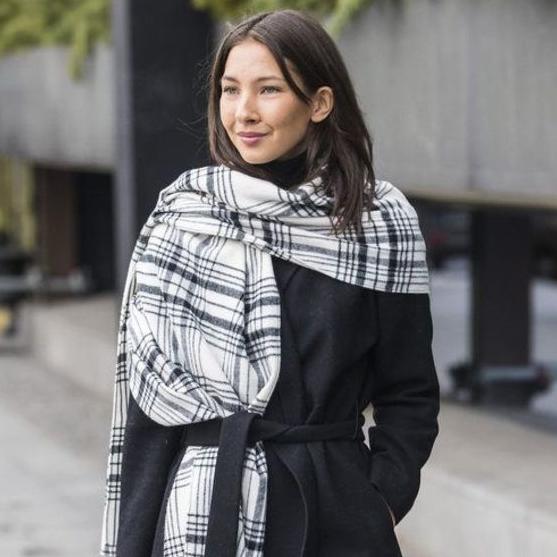 Как носить шарф-одеяло с принтом