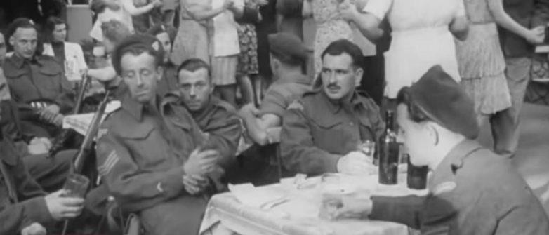 Бывшие союзники в немецком ресторане распивают за столом алкоголь