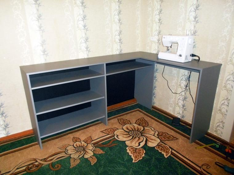 Стеллаж со встроенным компьютерным столиком из старого шкафа