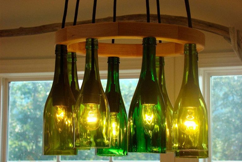 Изящный предмет интерьера из стеклянных бутылок