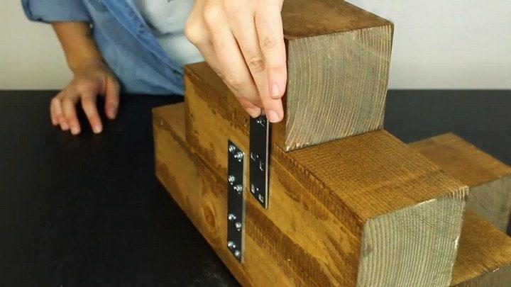 Дизайнерская угловая полка из нескольких кусков деревянного бруса