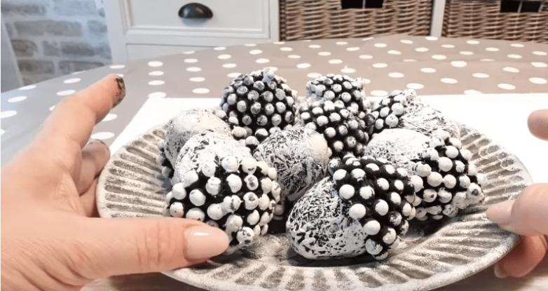 Идея использования куриных яиц и бус