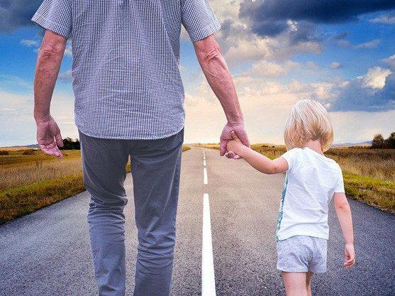 Как несовершеннолетним достаются долги мам и пап