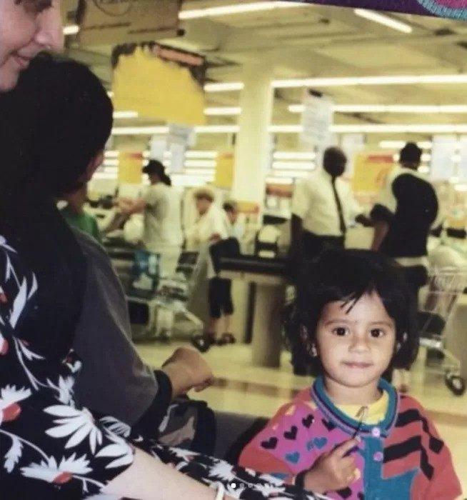 «Танцор диско» Митхун Чакраборти удочерил девочку, выброшенную в мусорку, которая выросла красавицей