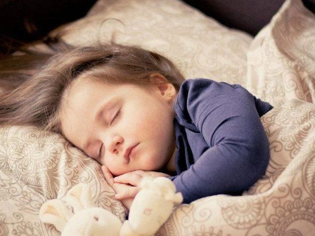 Как будить ребенка рано утром без стресса?