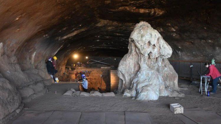 Археологи обнаружили древнее жилище человека с инструментами и костром