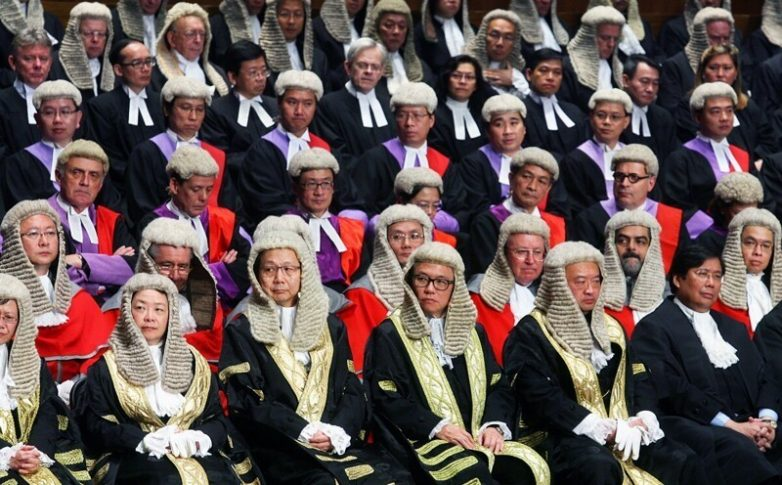 Вопрос на засыпку: зачем британские юристы носят парики?