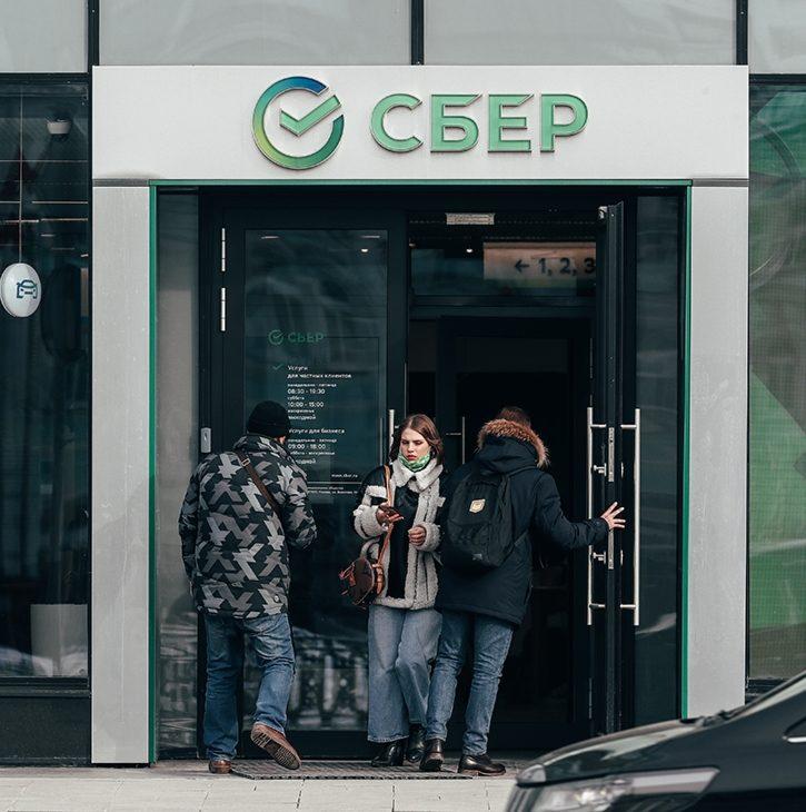 (Не) храните валюту в сберегательной кассе: россияне забирают деньги с валютных вкладов