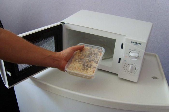 8 продуктов и предметов, которые нельзя класть в микроволновку, если не хотите устроить пожар
