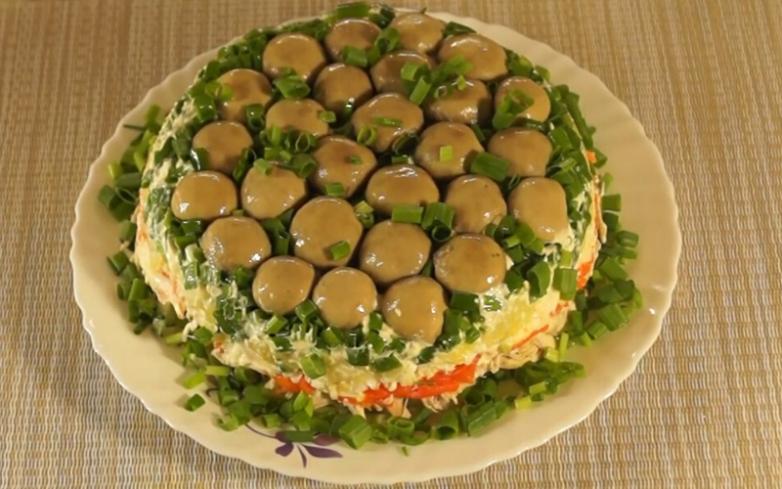 Слоеный салат «Грибная поляна» с шампиньонами