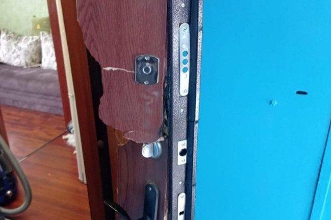 ОМОН по ошибке вырезал дверь в квартиру женщины с детьми и скрылся