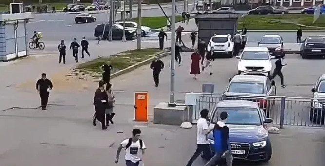 Почти сотня мигрантов устроили массовую драку в Петербурге