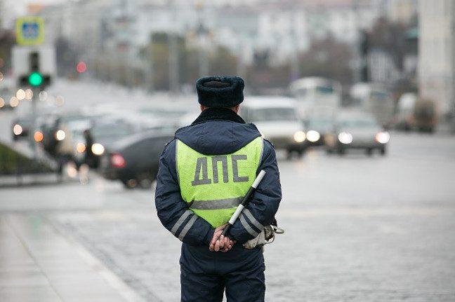 Инспекторам ДПС запретят брать документы у водителей, если в них вложены деньги